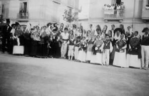 Al centre d´aquesta imatge de l´any 1943, de blanc, es pot distingir un home amb calçons valons. Foto: arxiu de Neus Riera Balansat.