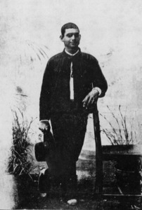 """Fotografia d´un pagès eivissenc, de 1901, aleshores vestit amb calçons """"a la moderna"""". Extret de <em>Costumbres en las Pithiusas </em>/ Víctor Navarro."""
