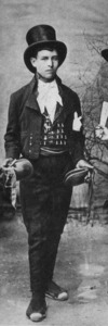 Home vestit amb calçons valons (tret d´una fotografia de Narcís Puget). Cortesia de l´Arxiu Històric Municipal d´Eivissa.