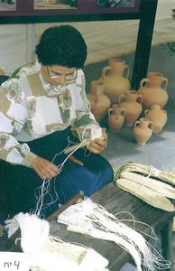 Una dona que fa capelles d´espardenyes. Foto: Catalina Sansano Costa.