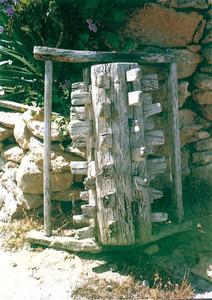 Carretó de batre. Consta d´una peça de fusta gruixuda dotada d´estaques a totes les cares. Extret de <em>Formentera, documentació i paisatges</em>.