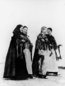 Dones amb el catret a les mans. Cortesia del Museu Etnològic de les Illes Pitiüses / Foto Andiñach.