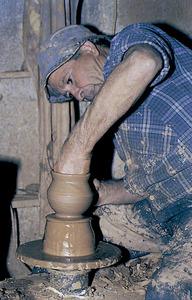 "Antoni Marí Ribas ""Frígoles"" fent ceràmica a torn. Foto: Antoni Ferrer Abárzuza."