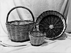 Dos cistellons i un còvec, objectes de la cistelleria tradicional. Foto: Marià Torres Torres.