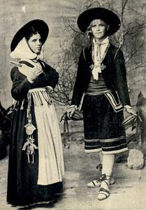 Imatge de la primera meitat del s. XX, d´una parella de pagesos. La dona mostra el clauer penjat de la cintura. Foto: Puget.