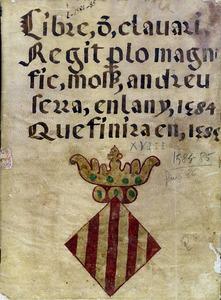 Coberta de pergamí del <em>Llibre de Clavaria</em> de l´any 1584-85, quan fou clavari Andreu Serra. Foto: Arxiu Històric Municipal d´Eivissa.