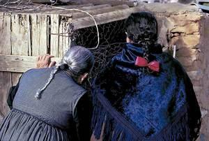 Dues dones pageses mostrant els cabells trenats en forma de coa.