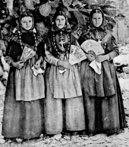 Tres germanes pageses mostren els seus collarets d´or.