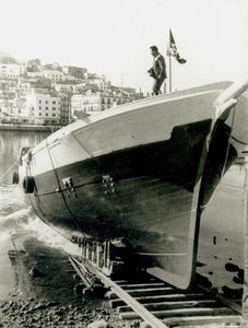 """Construcció naval. L´avarada, el 1966, del motoveler <em>Joven Teresa</em> construït pel mestre d´aixa Joan Tur """"Guardiola"""". Va ser l´última gran embarcació feta a Eivissa. Foto: arxiu Raymar."""