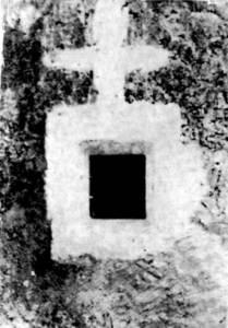 Una creu de bruixa a un finestró d´una casa pagesa.