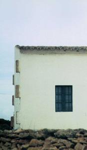 Una casa de Formentera amb deixes de marès als cantons, preparats per créixer l´edifici i lligar la part ja feta amb la nova. Foto: Antoni Manonelles Bolle.