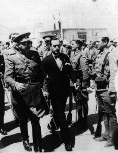 L´alcalde d´Eivissa, Vicent Colom, passant revista a la guarnició de l´illa amb el comandant militar Gustavo Noguerol, durant el període de democracia de la Segona República. Cortesia de l´Ajuntament d´Eivissa / Arxiu Històric.