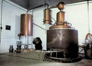 Un alambí, emprat en la destil·lació de l´alcohol, propietat de les destil·leries Marí Mayans. Foto: cortesia de la fàbrica Marí Mayans.