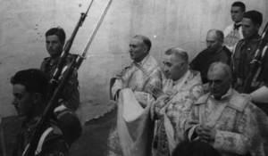 Imatge d´una processó en temps de la dictadura del general Franco, presidida pel bisbe d´Eivissa Antoni Cardona Riera. Foto: cortesia de l´Arxiu Històric Municipal d´Eivissa.