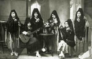 Senyores amb disfressa, en una foto dels voltants de 1920. Foto: arxiu particular de Neus Riera Balanzat.