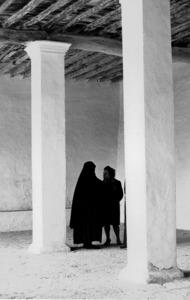 Dona portant dol en els porxos de l´església de Sant Jordi. Foto: Josep Buil Mayral.