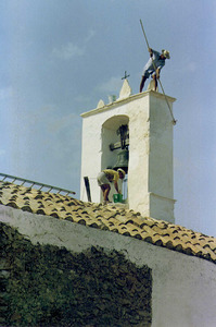 Un grup d´obrers de la parròquia de Sant Llorenç fent l´emblanquinada de l´església. Foto: Josep Buil Mayral.