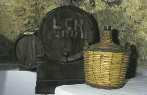 Enverducar és protegir un recipient amb una coberta vegetal; en aquest cas és una garrafa enverducada amb escles de canya. Foto: cortesia del Museu Etnològic d´Eivissa i Formentera.