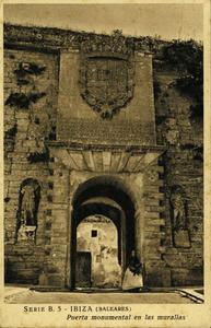 El portal de ses Taules, amb tres bells exemples d´epigrafia, dos d´època romana situats als pedestals de les estàtues de cada costat, i un altre d´època renaixentista, damunt del portal. Foto: Viñets / arxiu de Neus Rierra Balanzat.