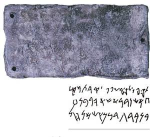 Epigrafia. Plaqueta de bronze trobada a la cova des Culleram, amb una inscripció púnica del s. IV aC. Foto: cortesia del Museu Arqueològic d´Eivissa i Formentera.