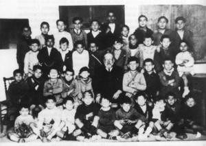 Una estampa del mestre Albert amb alumnes. Foto: extret d´<em>Antoni Albert i Nieto, un mestre eivissenc</em>.