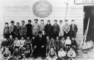Una altra estampa del mestre Albert amb alumnes. Foto: extret d´<em>Antoni Albert i Nieto, un mestre eivissenc</em>.