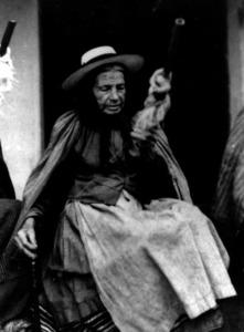 Filar. Dona filant llana. El borralló de la llana s´anava torcint i enrotllant fins fer-ne cabdells. Foto: Arxiu del Museu Etnològic d´Eivissa i Formentera.