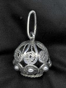 Els botons de filigrana, generalment d´argent, estan relacionats amb la indumentària de l´home.