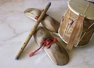 Una flaüta acompanyada d´unes castanyoles i un tambor. Foto: Felip Cirer Costa.