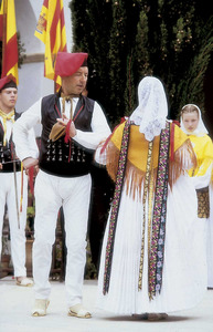 Folklore. Una parella ballant amb la indumentària típica. Foto: Raymar.