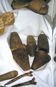 Les formes són peces de fusta emprades per confeccionar les espardenyes. Foto: cortesia del Museu Etnològic d´Eivissa i Formentera.