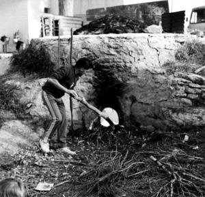 Imatge del caramull d´un forn de calç, generalment format per pedres, que ajuden a aturar l´embat del vent. Foto: Felip Cirer Costa.