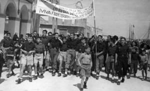Franquisme. Un grup de falangistes celebrant el dia de la victòria de l´any 1948 pels carrers d´Eivissa. Voramar Foto / Arxiu Històric Municipal d´Eivissa.