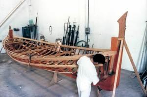Frasquiar és prendre les mesures d´un espai on ha d´anar una taula en la construcció o reparació d´un vaixell. Foto: Juan Costa-Hoevel Schwab.