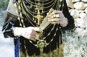 """Emprendada amb diversos collars, alguns dels quals són formats per elements enfilats, cada un dels quals rep el nom de gra. Foto: Vicent Ribas """"Trull""""."""