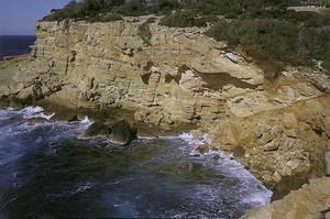 Gres: calcarenita al racó de la punta de sa Galera, Sant Antoni de Portmany. Foto: Alberto Tostón Calle.