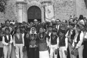 El grup de ball pagès Aires de sa Talaia a la plaça de la Catedral, amb Pere Planells Marí, el bisbe Teodor Úbeda Gramage, Antoni Canals Tur i Joan Marí Cardona. Foto: Josep Buil Mayral.