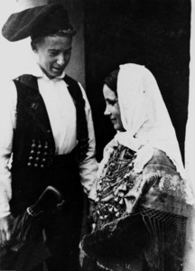 Una parella conversant; ell du guardapits o justet. Arxiu del Museu Etnològic d´Eivissa i Formentera.