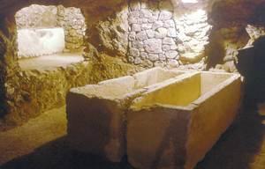 Interior d´un hipogeu del puig des Molins. Foto: Museu Arqueològic d´Eivissa i Formentera.