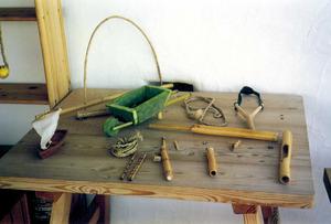 Jugaroi. A la fotografia, diversos objectes fabricats amb materials no perdurables. Foto: Catalina Sansano Costa.