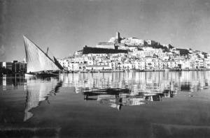Un llaüt en el port d´Eivissa. Foto: col·lecció Antoni Mir.