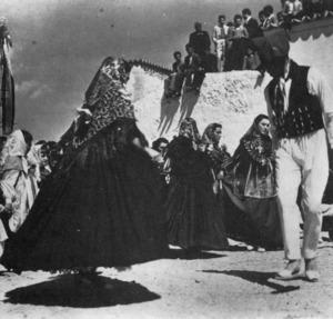 El ball de la llarga. Extret de <em>Ball pagès</em> / Grup Folklòric de Sant Josep de sa Talaia.