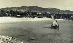 Un llaüt aparellat amb aparell llatí a la platja des Port des Torrent Foto: col·lecció Antoni Mir.