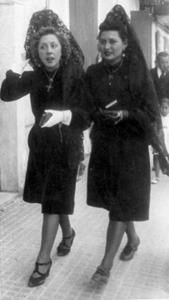 Al·lotes de Vila amb mantellina de randa (Setmana Santa de 1941).