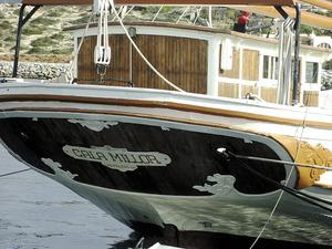 A l´esquerra el mirall de popa del motoveler <em>Cala Millor</em>. Foto: Felip Cirer Costa.