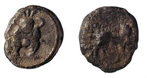Moneda de plata de la primera època d´emissions de la seca ebusitana. Representa el déu Bes nu amb maça i serp. Foto: extret de <em>Las monedas de la ceca de A´BSM (Ibiza).</em>