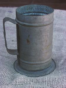 Una lliura, mida que s´empravfa per mesurar l´oli, encara que la més freqüent era la mesura, que equivalia a uns setze litres. Foto: Maria Jesús Adamuz Torres.