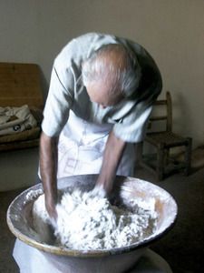 Pastant per fer pa. Foto: Maria Jesús Adamuz Torres.