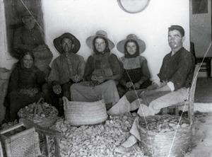 Parentiu. Els vincles familiars tenien conseqüències directes en el sistema econòmic i de producció, així com en l´oci. Foto: Arxiu Històric Municipal d´Eivissa.