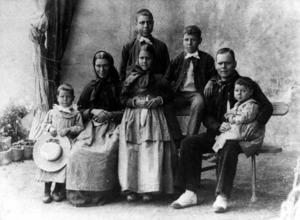 El parentiu és la relació entre persones del mateix grup de descendència. També inclou els vincles socials i institucionals derivats d´aquestes pertinences o adscripcions.